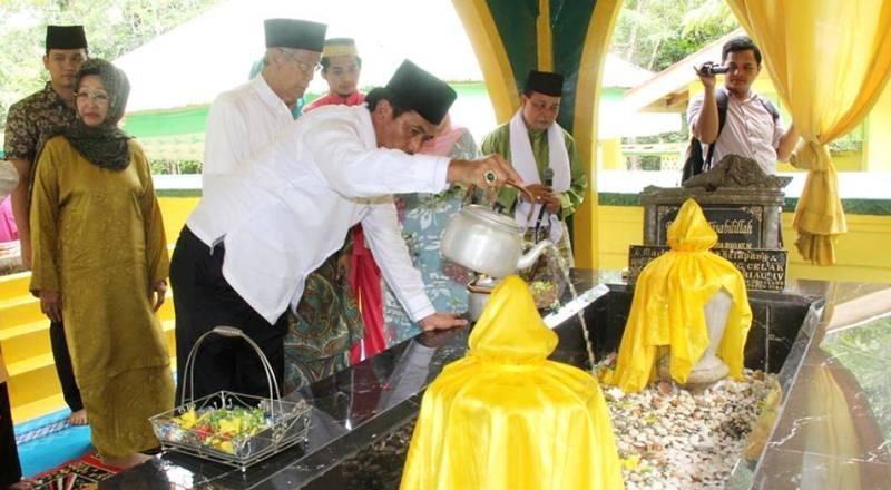 Gubernur HM Sani dan Wakil Gubernur  Provinsi Keprii, Nurdin Basirun Ziarah  ke Makam Raja Pulau Penyengat